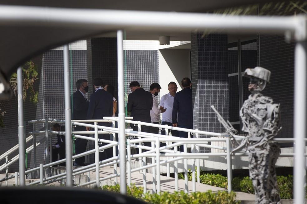 Durante todo o dia, foi grande o movimento de assessores e advogados na sede da Polícia Federal em Fortaleza — Foto: Natinho Rodrigues