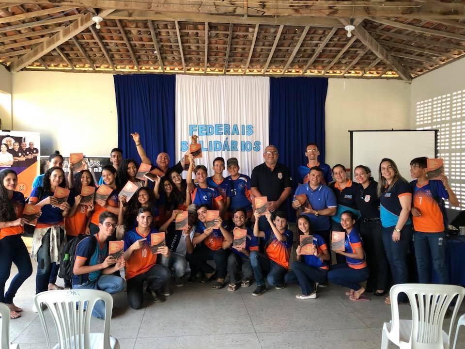 Estudantes de Brejinho ganham livros em ação do projeto Federais Solidários - Notícias - Plantão Diário