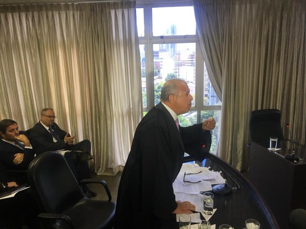 Advogado Alberto Toron durante julgamento de habeas corpus no TJ de Goiás — Foto: Patrícia Bringel/TV Anhanguera