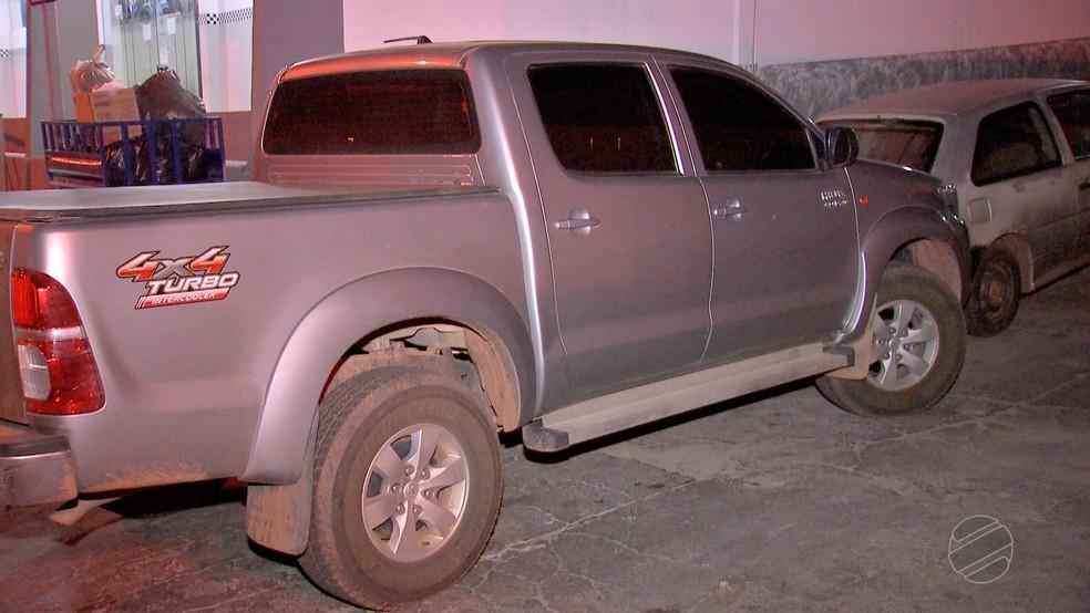 Casal foi rendido durante assalto a caminhonete em São José dos Quatro Marcos (Foto: TVCA/Reprodução)