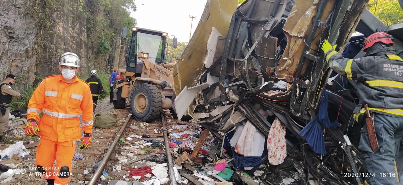 Quarenta e oito pessoas estavam no ônibus que caiu de ponte em João Monlevade
