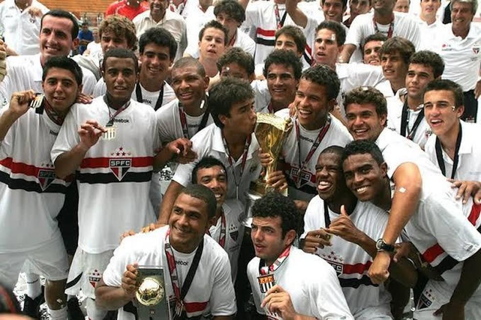 Onde estão os dois? Tente identificar Arão e Rodrigo Caio na foto do título da Copinha de 2010 — Foto: Arquivo