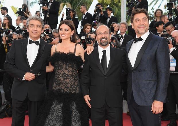 Ricardo Darin, Penelope Cruz, o diretor Asghar Farhadi e Javier Bardem na première de Todos Lo Saben na abertura do Festival de Cannes (Foto: Getty Images)