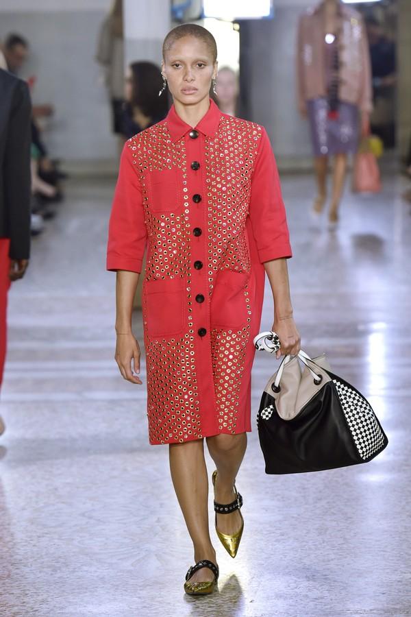 O casaco de ilhoses da coleção de verão 2018 da Bottega Veneta é a sugestão de Pedro para Kolinda (Foto: Getty Images)
