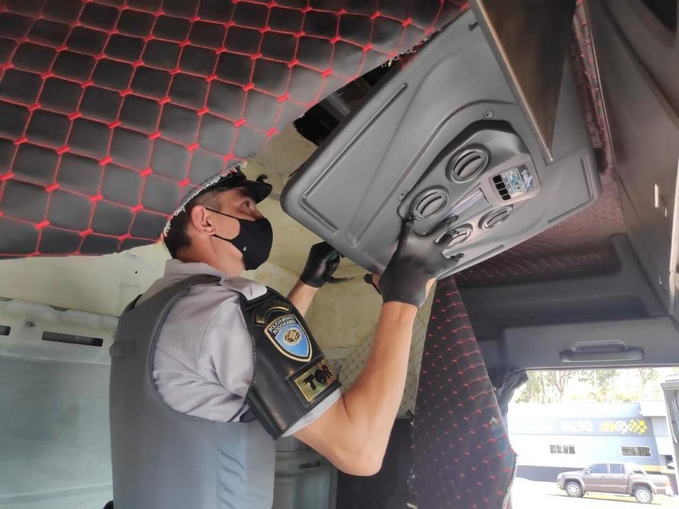Quase 12 milhões em dinheiro, entre real e dólar, foram encontrados em cabine de carreta — Foto: Secretaria de Segurança Pública