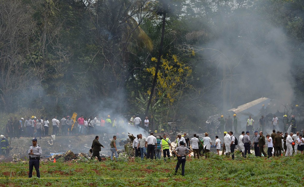 Equipes de resgate trabalham no local onde um avião com 113 pessoas a bordo caiu logo após decolagem em Havana, Cuba (Foto: Yamil Lage/AFP)