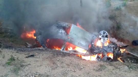 Carro pega fogo após batida e mulher morre na Bahia
