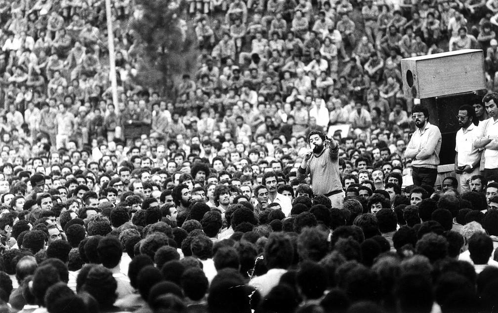 Luiz Inácio Lula da Silva fala durante uma assembléia com os metalúrgicos da Ford, em abril de 1984. Durante as décadas de 70 e 80, Lula dedicou-se intensamente à atividade sindical, como presidente do Sindicato dos Metalúrgicos do ABC — Foto: Clovis Cranchi/Estadão Conteúdo/Arquivo