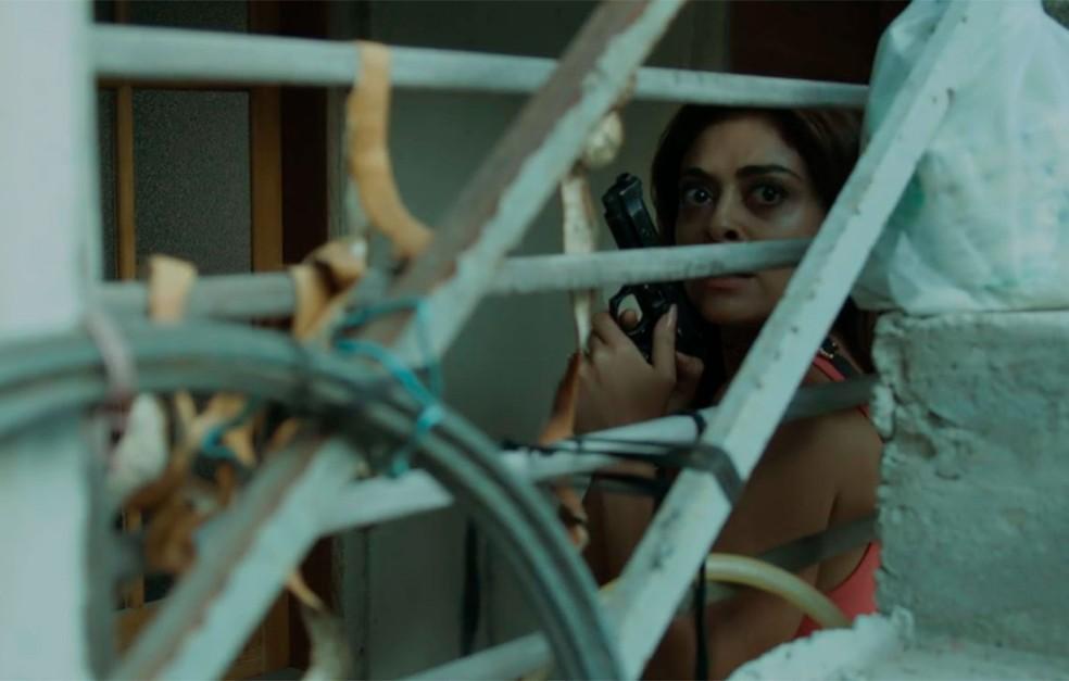 Em 'A Força do Querer', Bibi (Juliana Paes) atira contra Jeiza (Paolla Oliveira) — Foto: Globo