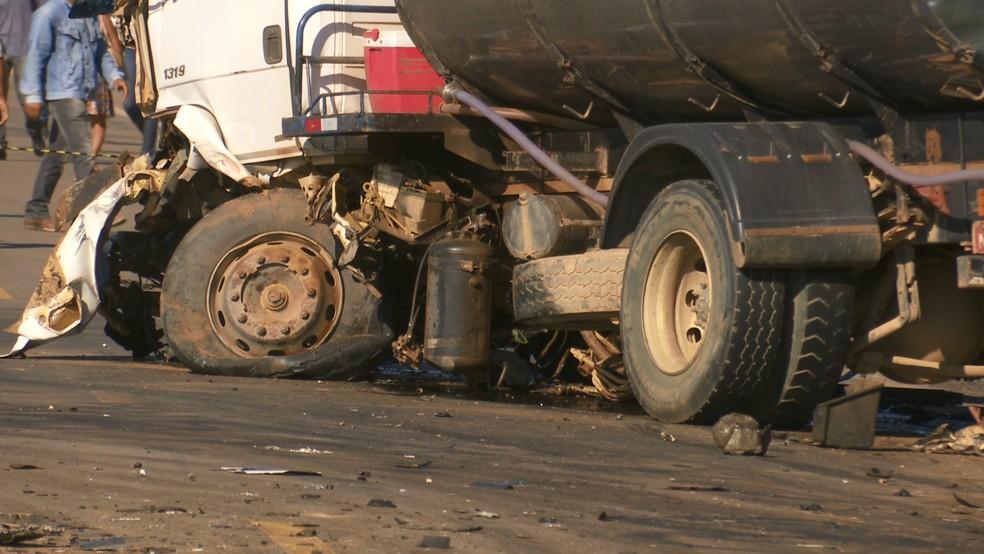 Motorista do caminhão leiteiro foi socorrido por populares ao Hospital de Monte Negro.  — Foto: Rede Amazônica/Reprodução
