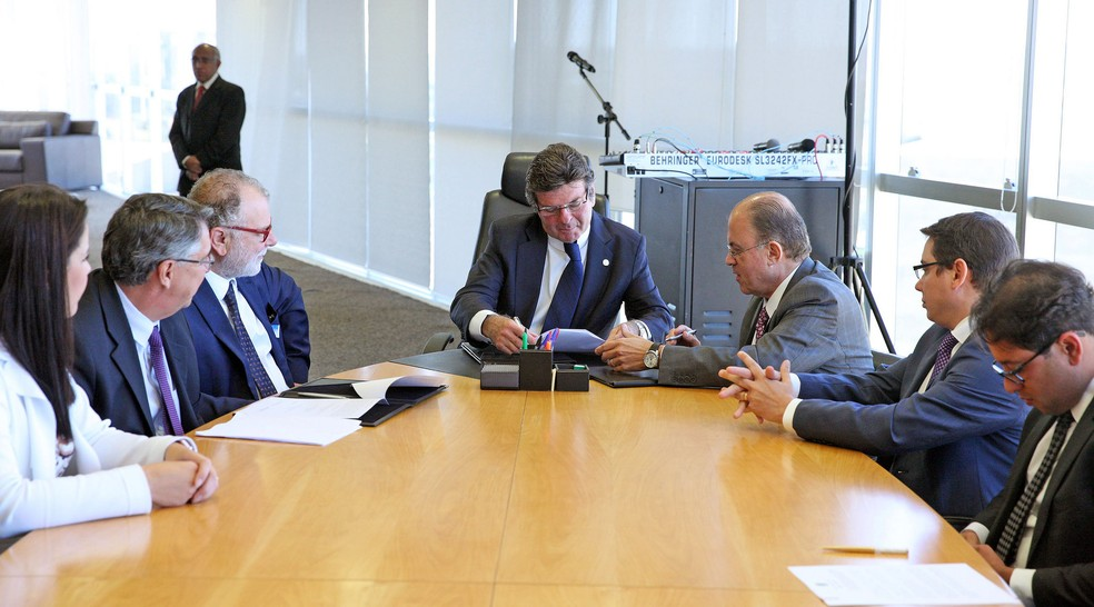 O ministro Luiz Fux, presidente do Tribunal Superior Eleitoral (TSE), assina pacto pelo combate às fake news (Foto: Roberto Jayme/TSE)