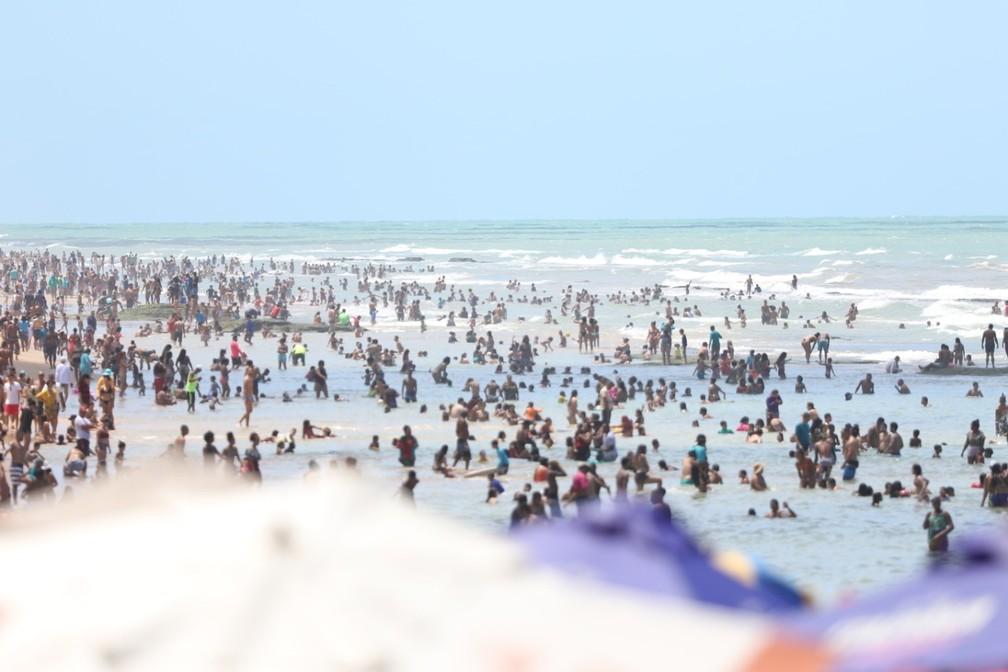 Mar de Boa Viagem foi tomado por banhistas no Dia da Independência — Foto: Marlon Costa/Pernambuco Press