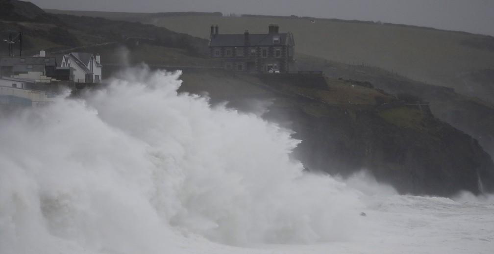Tempestade Dennis atinge pequeno porto de Porthleven, no sudeste da Inglaterra, neste domingo (16) — Foto: Alastair Grant/AP Photo