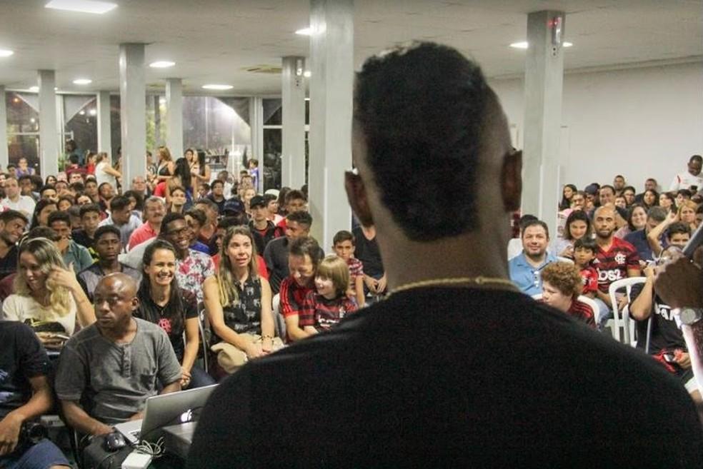 Atacante do Flamengo palestrou para adultos e crianças em Igreja Batista — Foto: Érica Matos / Igreja do Recreio