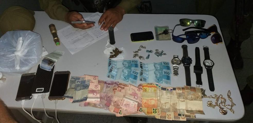 -  Objetos, drogas e dinheiro apreendidos com dupla em Monte Alegre  Foto: Polícia Civil de Monte Alegre/Divulgação