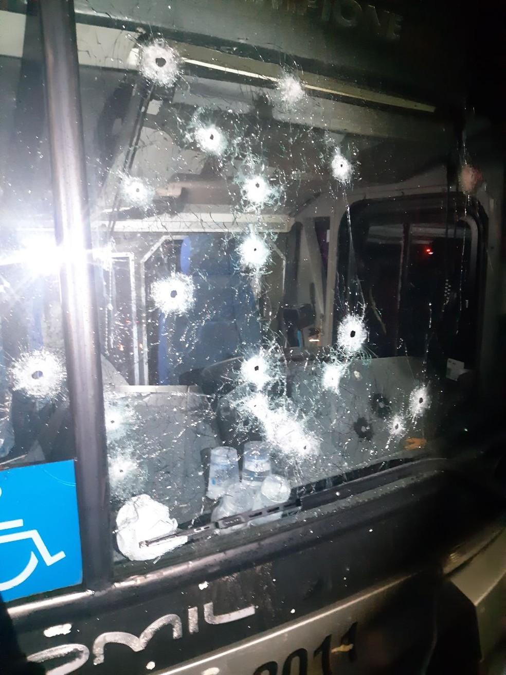 Assaltantes atiram contra ônibus e agridem passageiros na Região de Curitiba — Foto: Divulgação/PRF