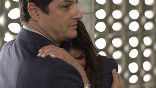 Maria Pia é consolada por Malagueta