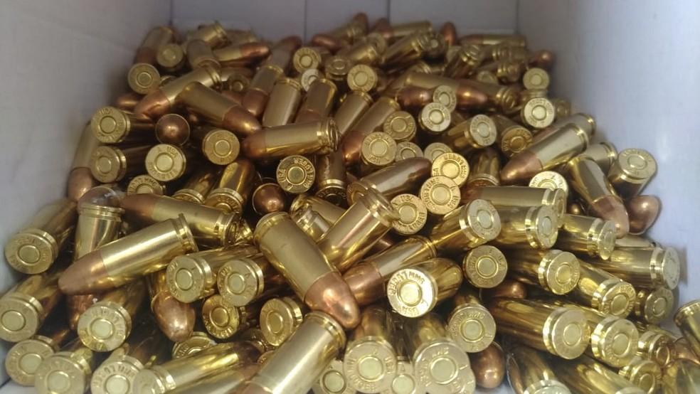 450 munições foram encontradas pela Polícia Rodoviária (Foto: Matheus Fazolin/G1)