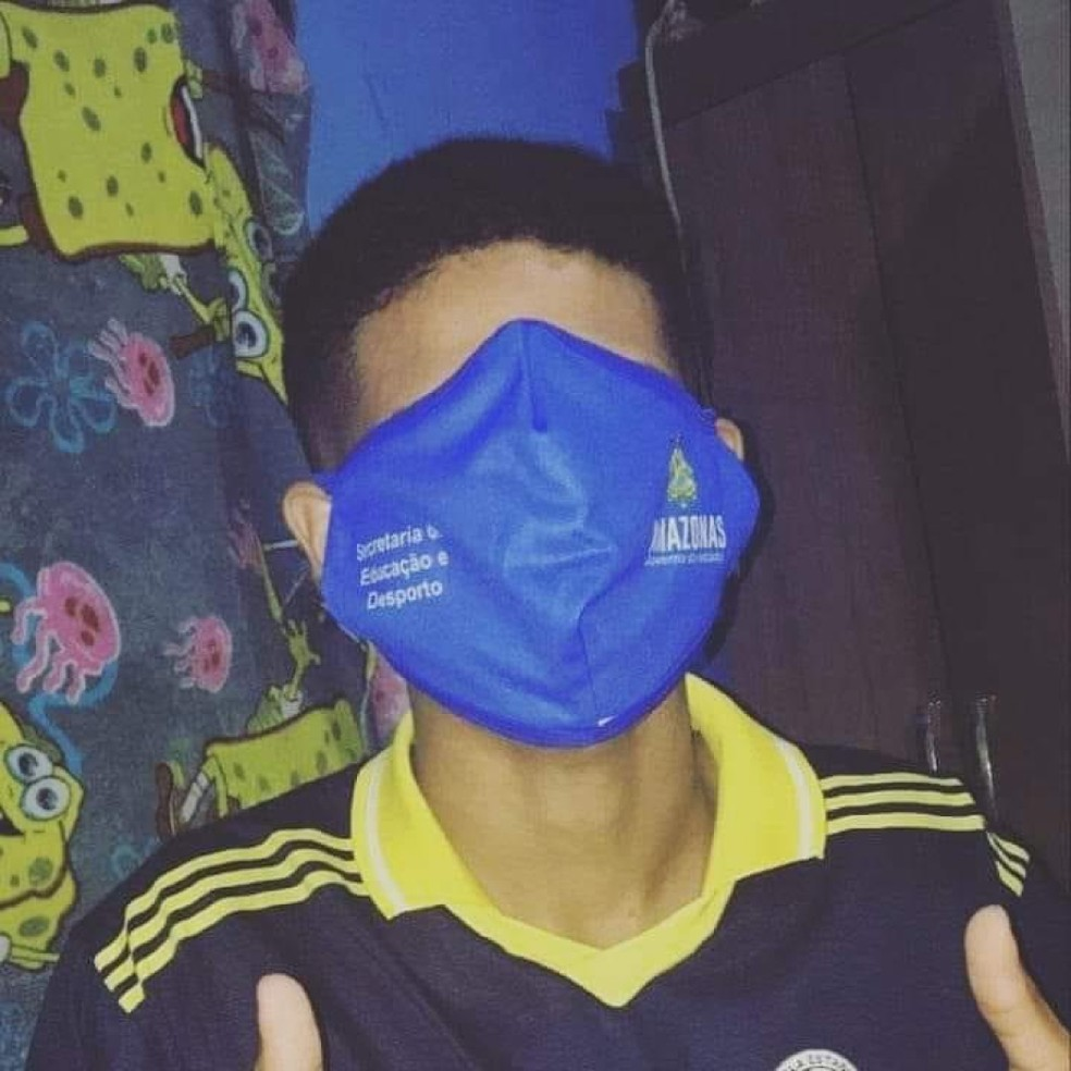Estudante postou foto com máscara da Seduc cobrindo todo o rosto. — Foto: Reprodução/Redes Sociais