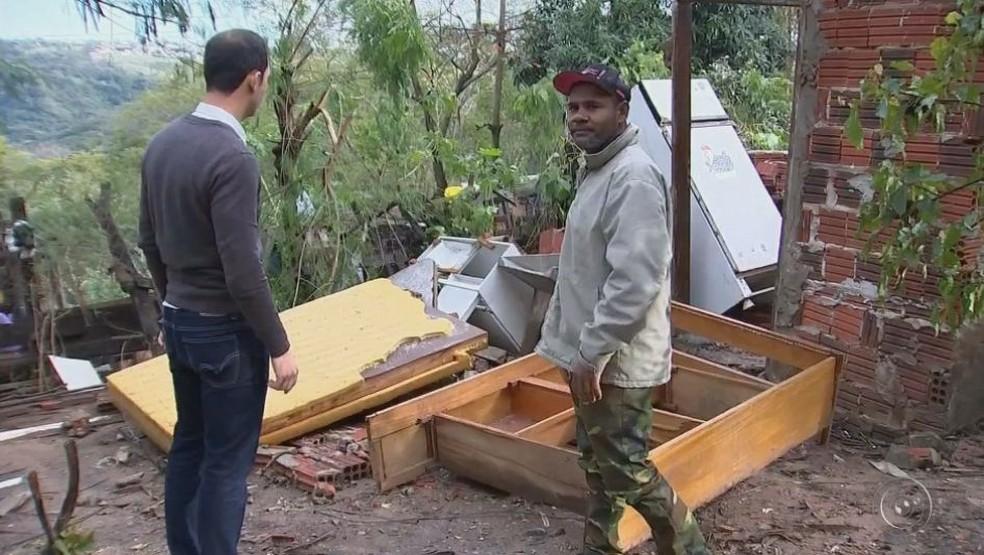 Célio contabiliza os estragos na sua casa e na residência da enteada em Marília (Foto: Reprosução / TV TEM)