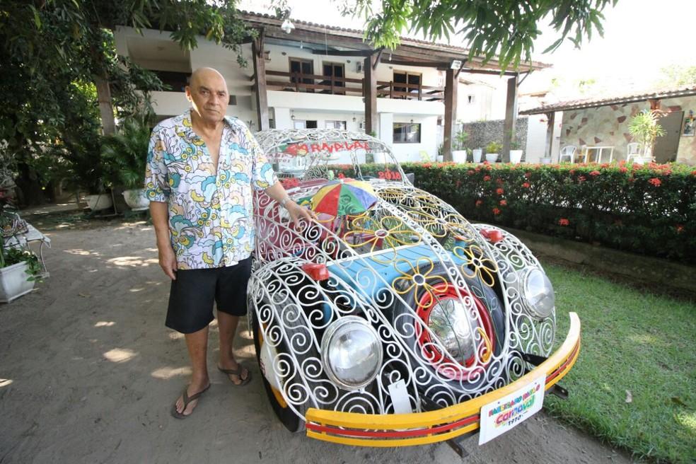 Aposentado Paulo Soares criou carro com grades em 1970 para desfilar durante o carnaval (Foto: Marlon Costa/Pernambuco Press)