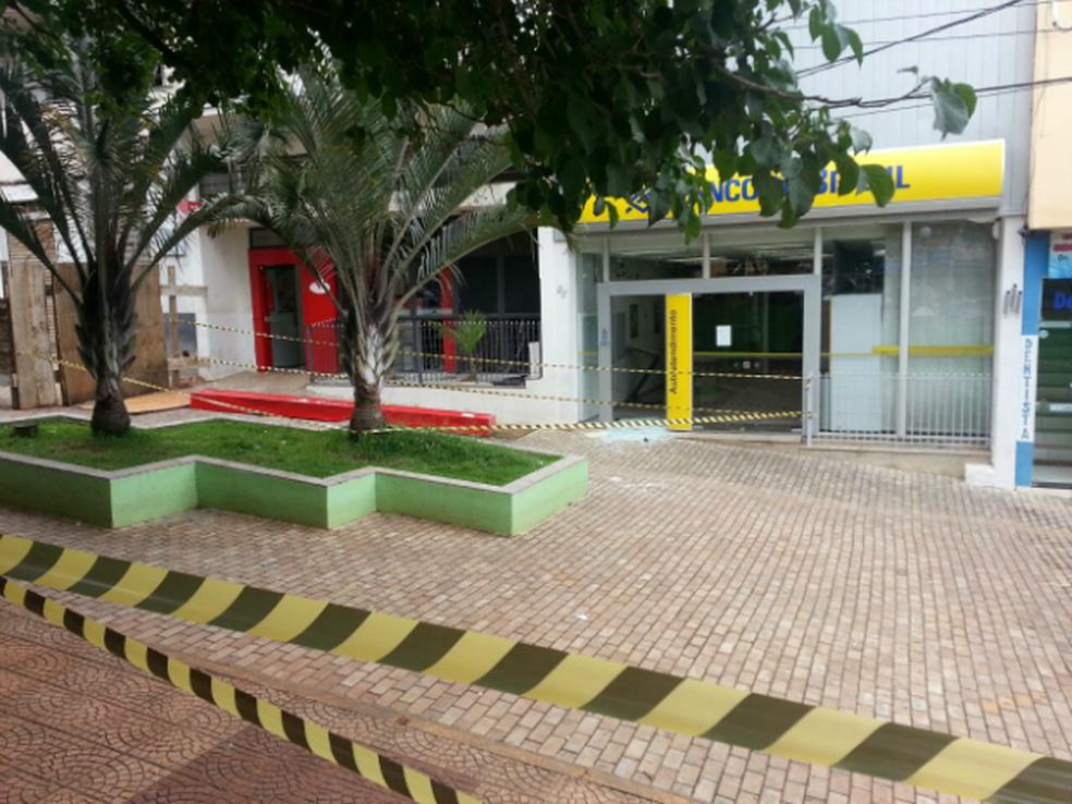 Agências foram explodidas por bando — Foto: Ariane Flores/TV TEM