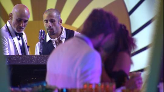 Paula e Breno se beijam na festa A Era do Rádio