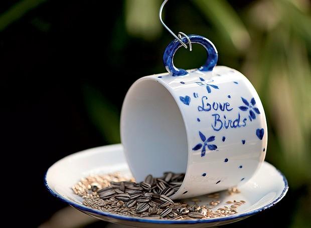 Quer passarinhos no jardim? Ofereça uma xícara de grãos e sementes para eles. Este comedouro diferente foi feito pela artista plástica Cláudia Regina, do ateliê La Calle Florida. O pires foi fixado com cola de porcelana (Foto: Iara Venanzi/Casa e Comida)