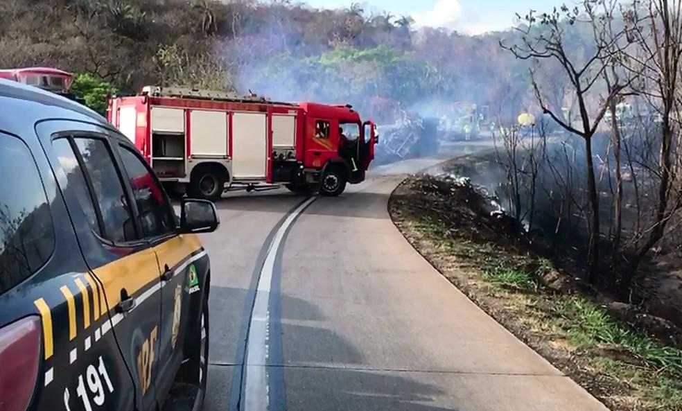 Pistas ficam interditadas para que bombeiros pudessem conter as chamas — Foto: Diego Hurtado