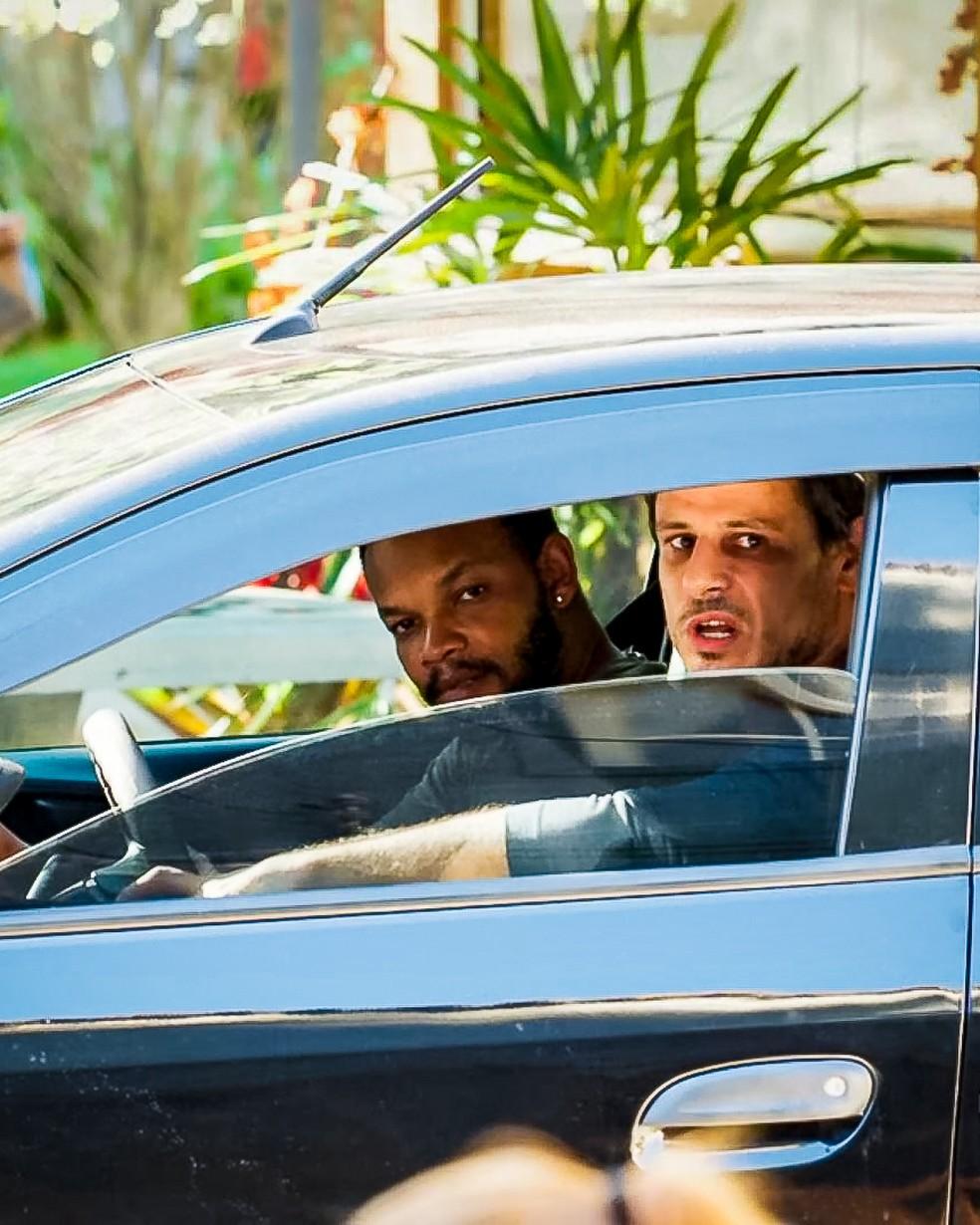 Homens contratados por Rui (Romulo Arantes Neto) observam Rita (Alanis Guillen) e Filipe (Pedro Novaes), em 'Malhação - Toda Forma de Amar' — Foto: Globo