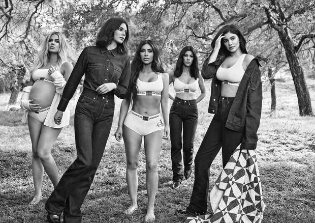 As irmãs posaram com a linha de lingerie My Calvins e com peças da linha jeans do inverno 2019 (Foto: Willy Vanderperre/Divulgação)