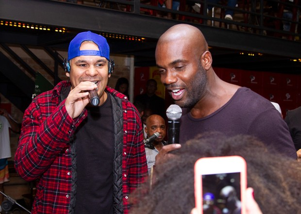 Rafael Zulu cantando com Davi, do Revelação (Foto: Gibi/Divulgação)