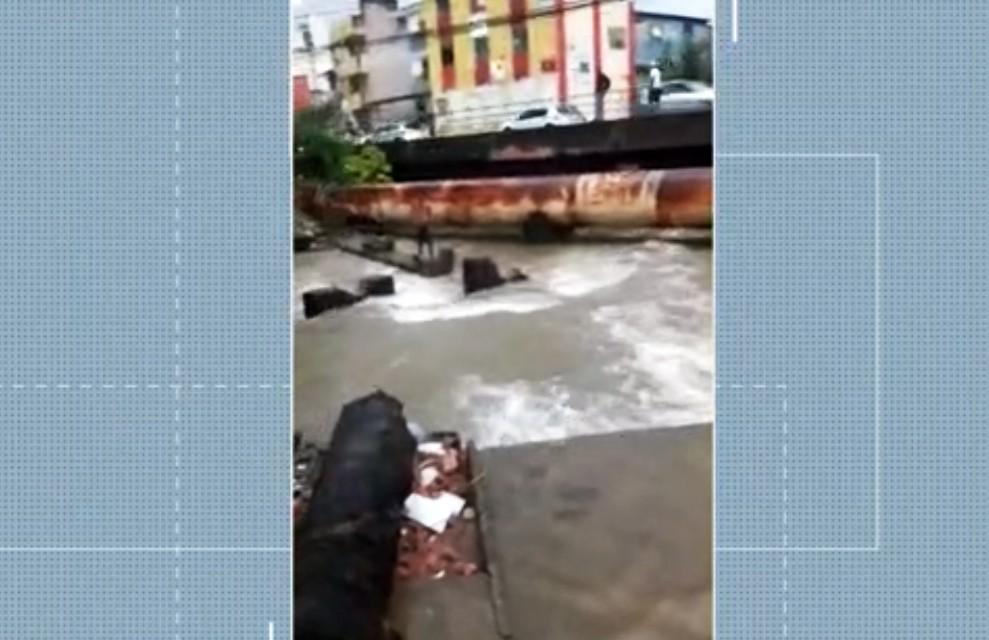 Jovem desaparece após ser sugado por tubulação enquanto brincava em canal na Boca do Rio, em Salvador