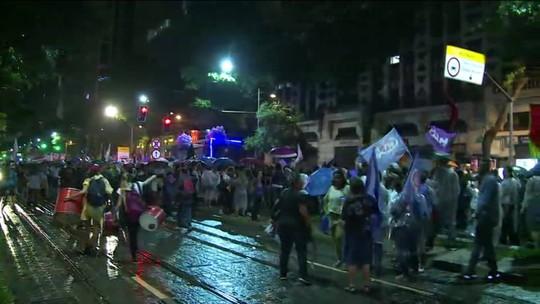 Manifestantes marcham no Centro do Rio no Dia Internacional da Mulher