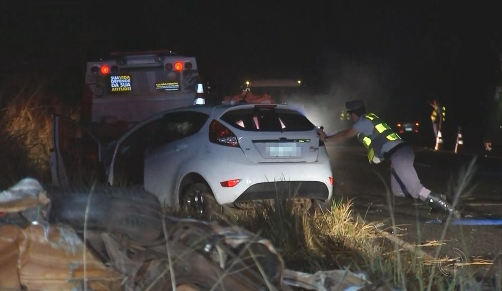 Policial retira carro de rodovia após o grave acidente em General Salgado (Foto: Reprodução/TV TEM)