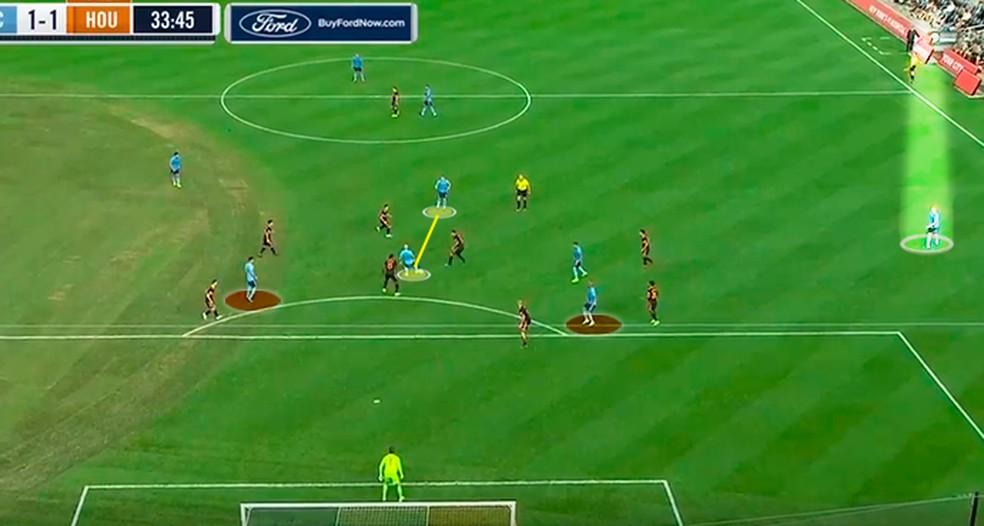 Héber aproxima e o restante do time espera a bola — Foto: Reprodução/Leonardo Miranda
