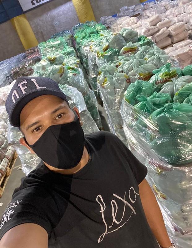 Equipe de Lexa organiza alimentos para doações (Foto: Reprodução/Instagram)