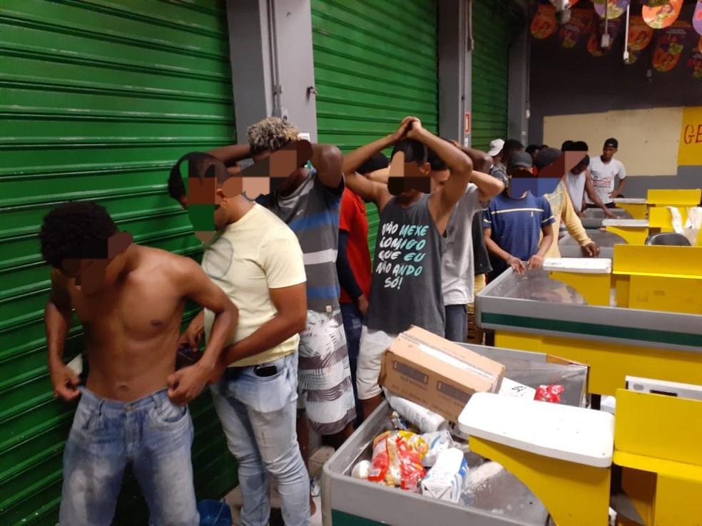 Grupo foi detido tentando furtar loja — Foto: Divulgação/SSP-BA