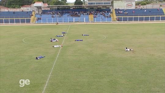 Abelhas param partida, e atletas de Itararé e Elosport se deitam em campo