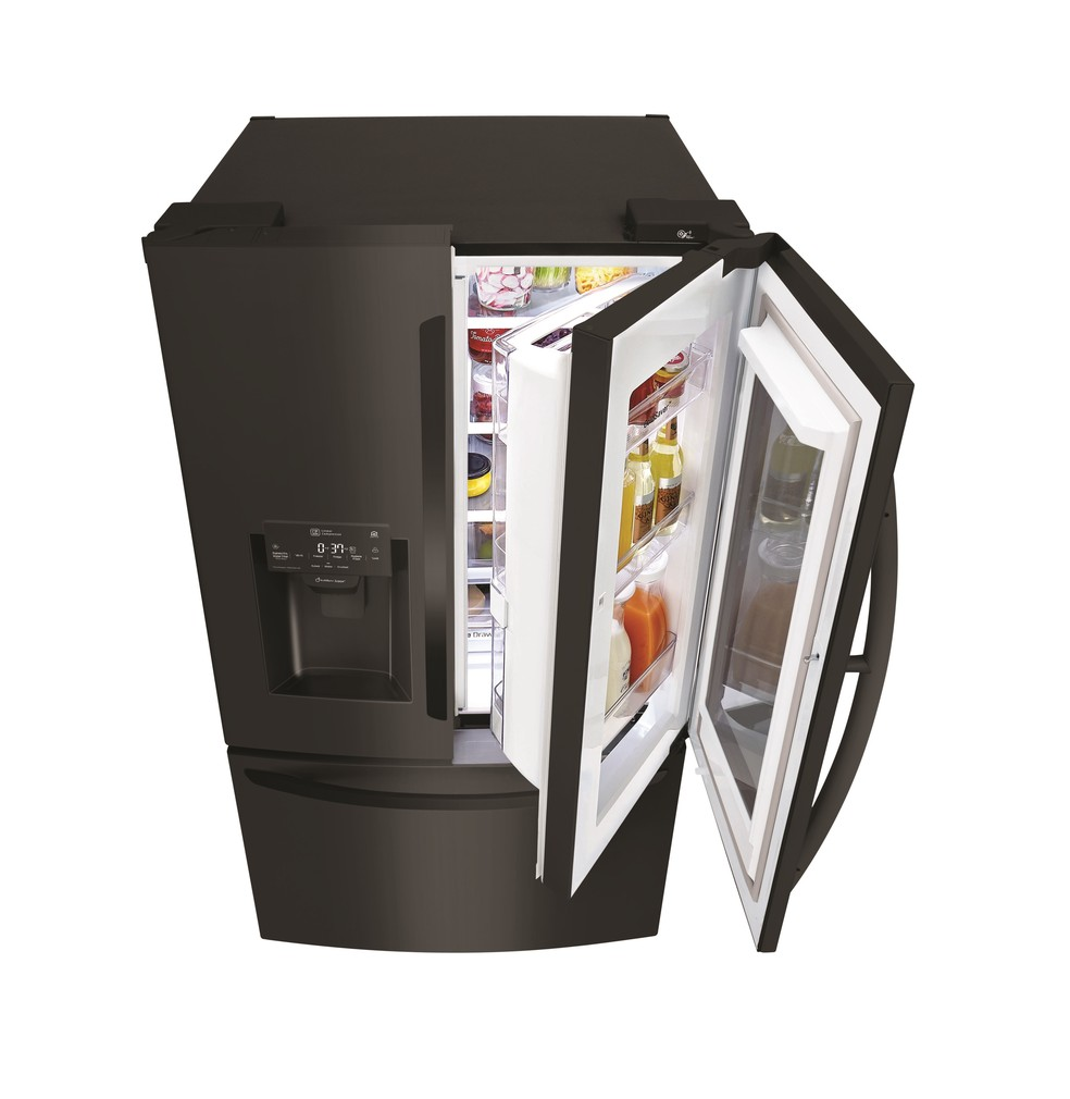 Geladeira smart LG possui porta transparente para usuário visualizar alimentos sem precisar abrir — Foto: Divulgação/LG