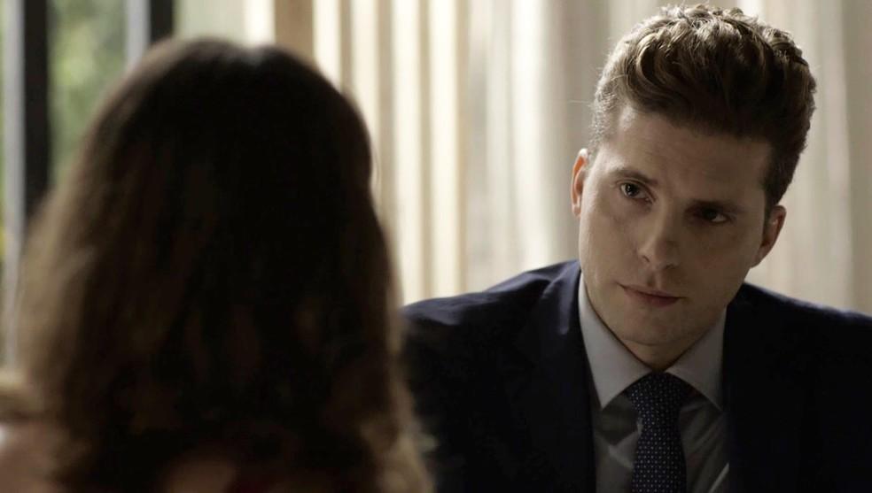 Patrick diz para Clara reconquistar o filho (Foto: TV Globo)