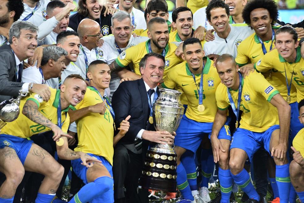Bolsonaro segura a taça do Brasil campeão da Copa América — Foto: Marcos Ribolli
