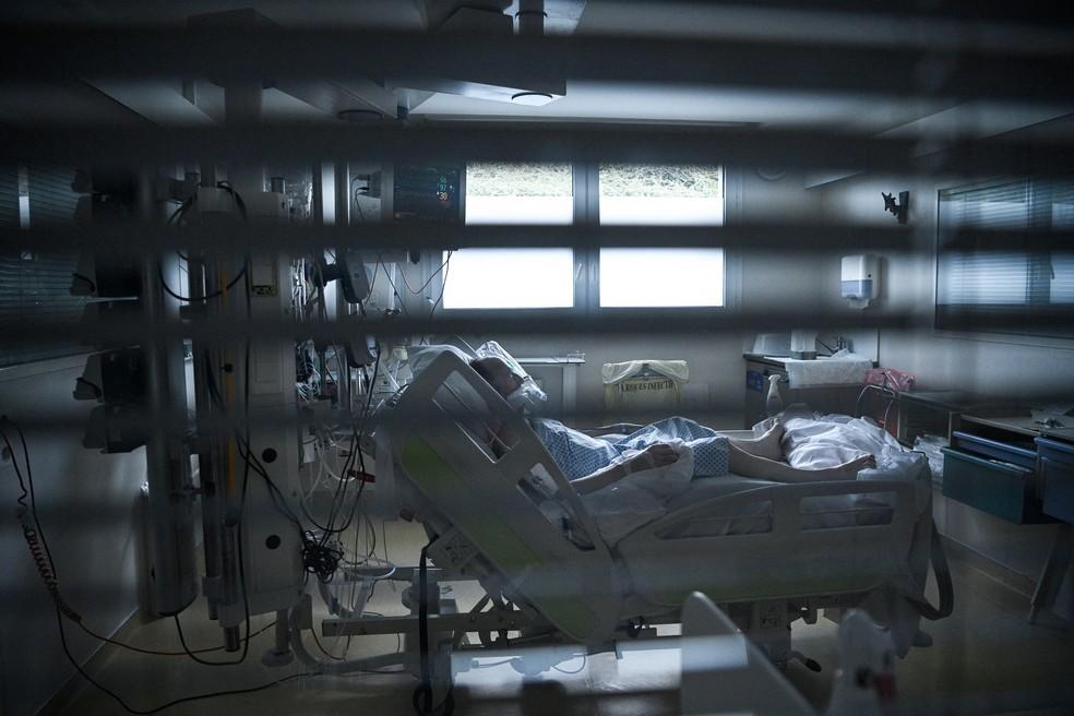 Paciente recebe tratamento contra a Covid-19 em UTI no leste de Paris, na França — Foto: Anne-Christine Poujoulat/AFP