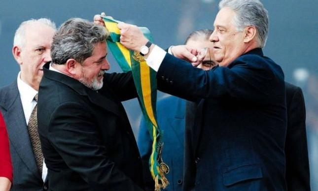 O presidente Fernando Henrique Cardoso passa a faixa para o sucessor, Luiz Inácio Lula da Silva, no parlatório do Palácio do Planalto, em 1º de janeiro de 2003. Em cena fora do script, os óculos de FH caíram e foram devolvidos por Lula