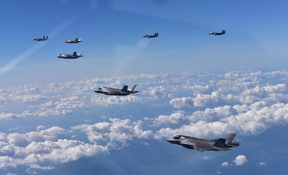 F-35B americano (em primeiro plano) e F-15K sul-coreano durante exercício na Coreia do Sul (Foto: Republic of Korea Air Force/Yonhap/via REUTERS)