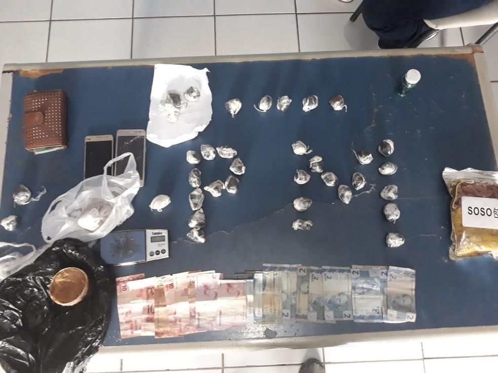 PM apreendeu mais de 1kg de pasta base de cocaína, skunk, balança de precisão, R$ 105 e carro com suspeitos — Foto: Divulgação/PM
