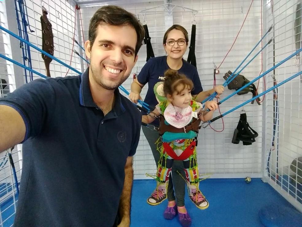 Catarina durante sessão de fisioterapia no Ipesq, em Campina Grande — Foto: Maria da Conceição/ Arquivo pessoal