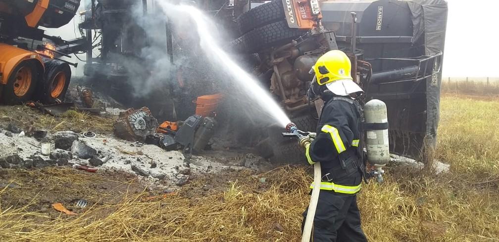 Bombeiros foram acionados para controlar chamas em carretas — Foto: Corpo de Bombeiros