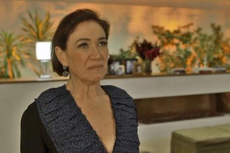 Após conversar com Luz a sós na sua casa, Valentina mandará Sampaio (Marcello Novaes) esconder um colar de brilhantes no quarto da moça e chamará a polícia, fazendo com ela seja presa (Foto: TV Globo)