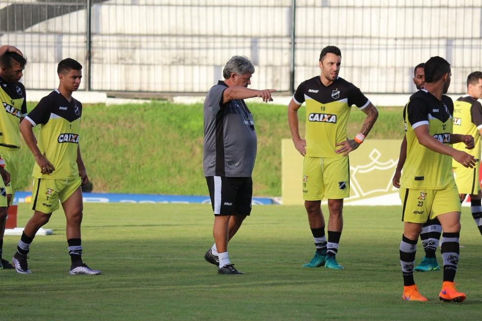 Geninho observa rendimento dos jogadores em atividade no Frasqueirão (Foto: Andrei Torres/ABC)